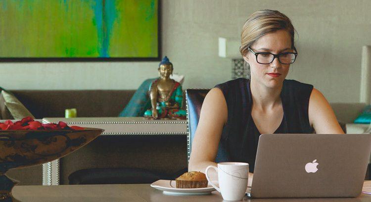 Mulher empreendedora no computador